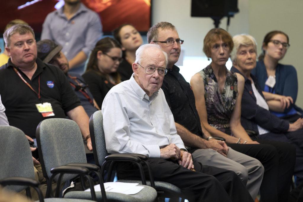 Fotoja e Eugene Parker në një konferencë për prelaunch në Qendrën Kennedy të NASA-s në Florida.